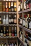 被弄脏的背景前面  在架子的被弄脏的酒精瓶在超级市场 库存照片