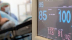 被弄脏的背景手术 医疗主题 显示器的资料显示与耐心纪录的 手术室在医院 库存图片