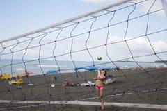 被弄脏的背景 打少年排球的海滩朋友 免版税库存图片