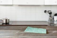 被弄脏的背景 有木桌面的现代defocused您的厨房和空间设计 库存图片