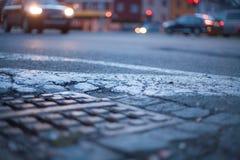 被弄脏的背景-有街灯的夜街道 库存照片