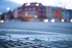 被弄脏的背景-有街灯的夜街道 免版税库存图片