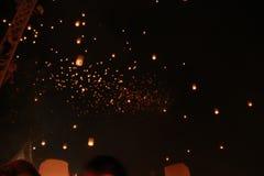 被弄脏的许多天空灯笼气球在Loy Krathong节日被发布了 为幸福祈祷 在相信佛教 免版税库存照片