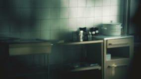被弄脏的诊所内部,与桌的分析部门,老医院设备 股票视频