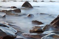 被弄脏的详细资料横向晃动海运石头 免版税图库摄影
