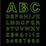 被弄脏的霓虹向量字体 绿色信件、标志和数字在黑背景 免版税库存图片