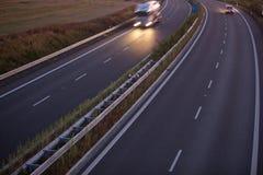 被弄脏的高速公路行动卡车 库存图片