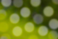 被弄脏的绿草抽象背景与bokeh的点燃 库存照片