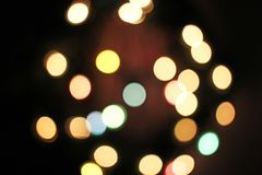 被弄脏的defocused圣诞灯光bokeh背景 五颜六色的红色黄色蓝绿色de聚焦了闪烁的样式 免版税库存照片
