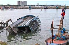 被弄翻的小船 免版税图库摄影