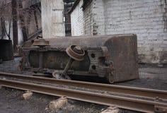 被弄翻的矿台车 免版税库存图片