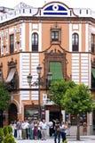 被引导的游览游人通过中心塞维利亚,西班牙 库存照片