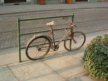 被忘记的生锈的自行车 免版税库存照片