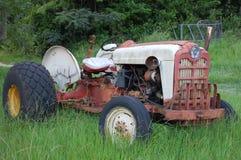 被忘记的老拖拉机 免版税库存照片