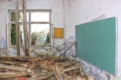 被忘记的,被毁坏的,被放弃的学校的剧烈的图象 免版税库存图片