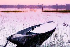 被忽略的木小船 库存照片