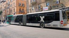 被怂恿的长的公共汽车在耶路撒冷 免版税库存照片