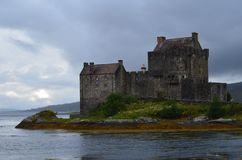 被恢复的中世纪爱莲・朵娜城堡在Lochalsh的凯尔,西部苏格兰 库存图片