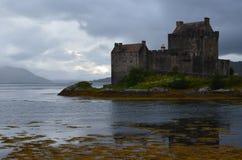 被恢复的中世纪爱莲・朵娜城堡在Lochalsh的凯尔,西部苏格兰 免版税库存照片