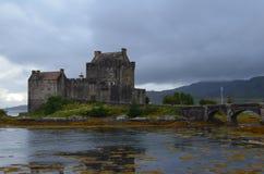 被恢复的中世纪爱莲・朵娜城堡在Lochalsh的凯尔,西部苏格兰 库存照片
