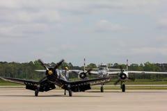 被恢复的二战美国航空器完成他们的飞行 库存照片
