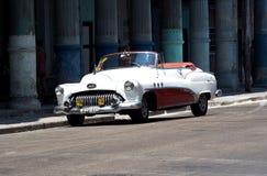 被恢复的红色和白色敞篷车在哈瓦那 免版税库存图片
