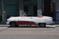 被恢复的红色和白色敞篷车在哈瓦那 库存照片