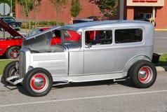 被恢复的美国制造的古色古香的银色汽车 库存图片