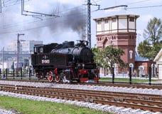 被恢复的葡萄酒机车的示范在天的庆祝的俄罗斯联邦的铁路队伍在莫斯科 免版税图库摄影