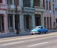 被恢复的蓝色汽车在哈瓦那古巴 免版税库存图片
