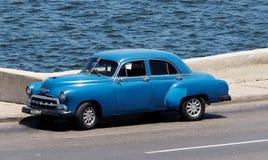 被恢复的蓝色汽车在哈瓦那古巴 库存照片