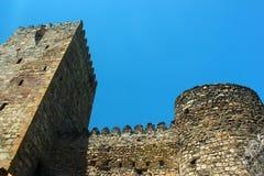 被恢复的被更新的古老中世纪英王乔治一世至三世时期堡垒废墟和墙壁在Ananuri,乔治亚 免版税图库摄影