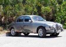 被恢复的银色捷豹汽车在古巴 免版税库存照片