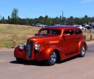 被恢复的经典之作被烧的橙色小轿车 免版税库存图片