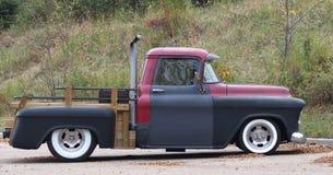 被恢复的经典红色和黑卡车 图库摄影