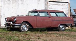 被恢复的经典红色小型客车 免版税库存照片
