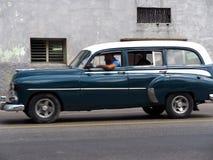 被恢复的经典美国汽车在哈瓦那古巴 免版税库存照片