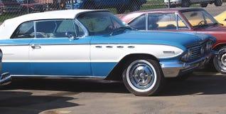 被恢复的经典蓝色和白别克Electra 免版税图库摄影