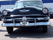 被恢复的1954古色古香的福特和福特O Matic 免版税库存图片