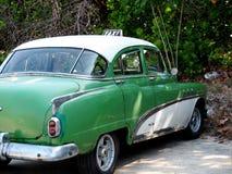 被恢复的绿色和白色出租汽车在哈瓦那古巴 免版税库存图片