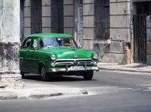 被恢复的绿色福特在哈瓦那古巴 免版税库存照片