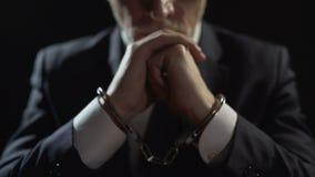 被惩罚的独裁者在监狱,贪官扣上了手铐被指责贿赂 股票录像