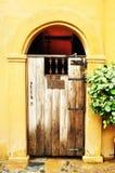 被成拱形的中世纪木门 免版税图库摄影
