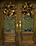 被成拱形的二面对切的门秋天前面wreths 免版税图库摄影