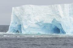 被成拱形的冰山 免版税库存照片