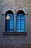 被成拱形的反映绿松石视窗 库存照片