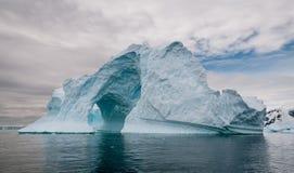 被成拱形的和被风化的冰山,南极半岛 库存图片