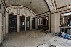 被成拱形的大厅-被放弃的火车站 免版税库存照片