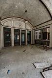被成拱形的大厅-被放弃的火车站 免版税库存图片