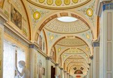 被成拱形的天花板绘画在埃尔米塔日博物馆,圣彼德堡, 库存照片